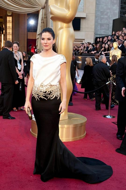 Sandra Bullock a její chybějící pas v šatech Marchesa.