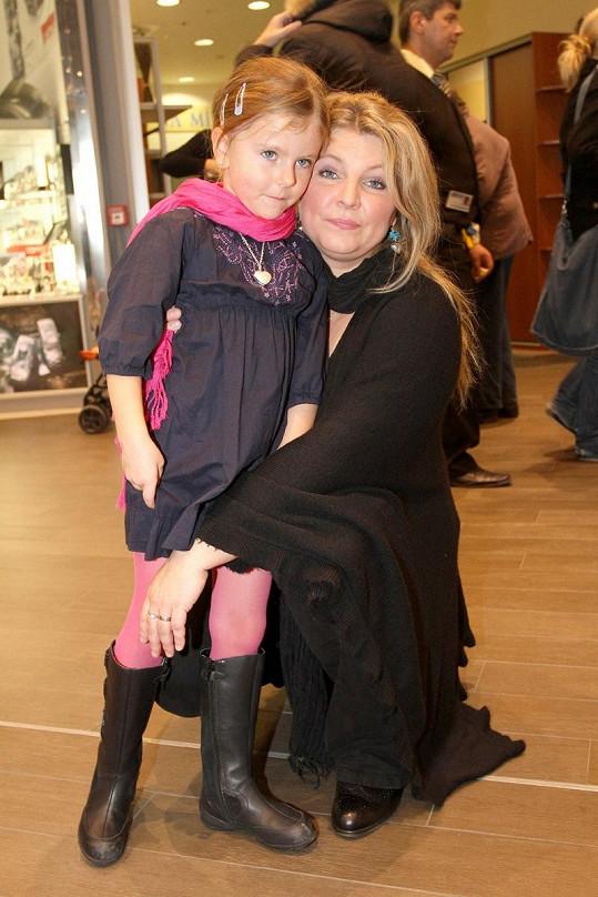 Manželka zesnulého zpěváka Eva s dcerou Noemi.