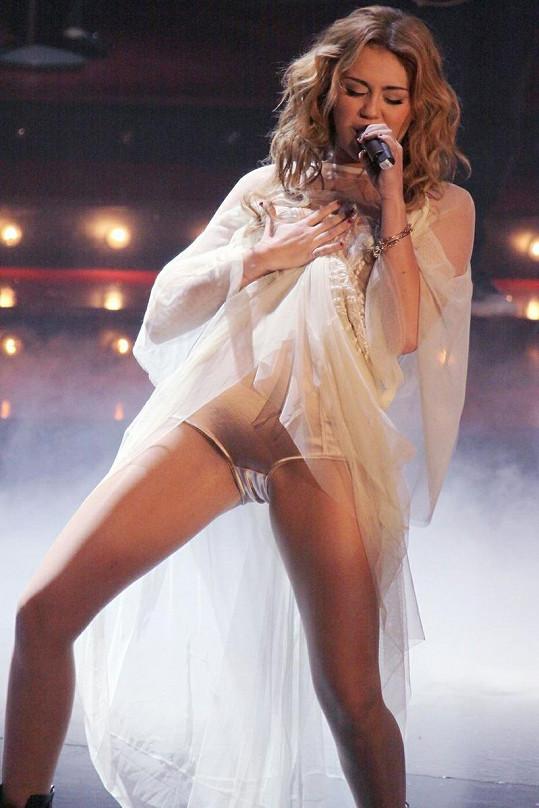 Cyrus se nebála odhalených modelů, čelila za to kritice.