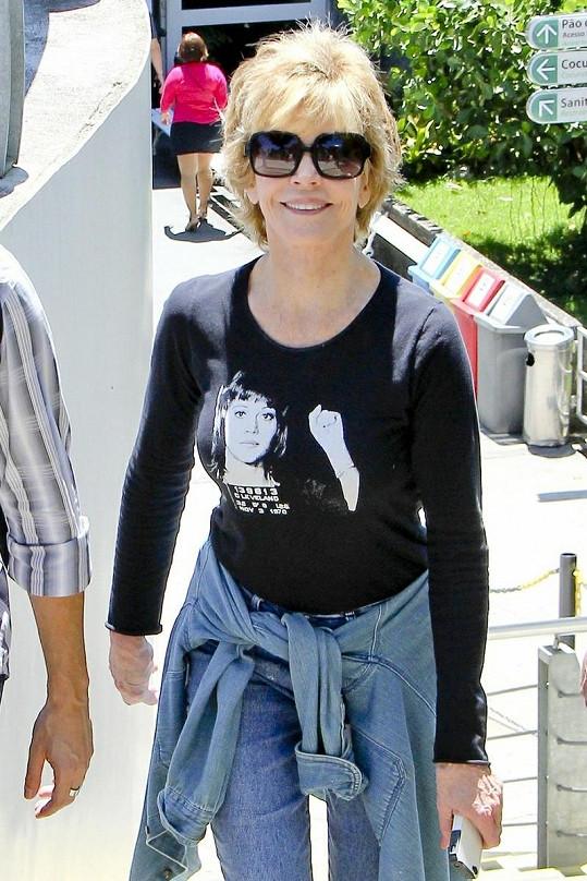 Jane Fonda vypadá skvěle. V pětasedmdesáti letech jí to šlape jako zamlada.