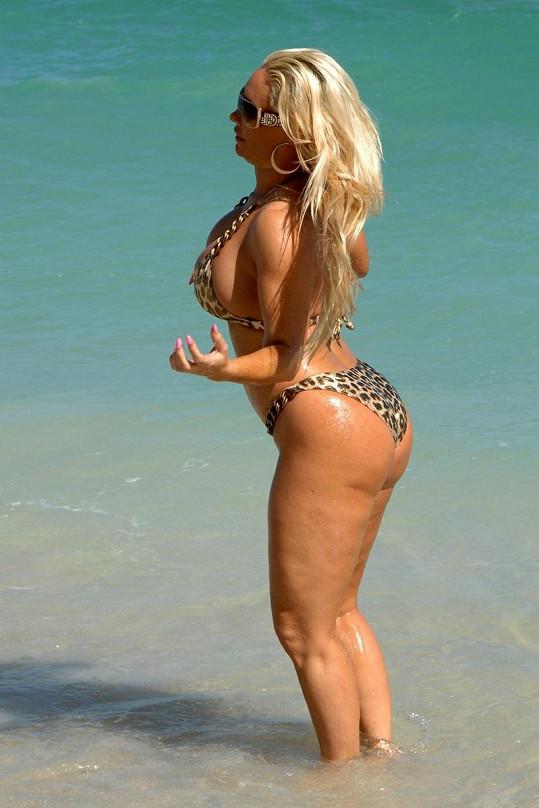 Exhibicionistka Coco na pláži v Miami.