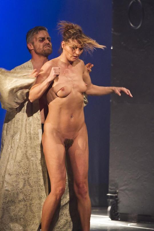 Striptérka doslova šokovala diváky v sále.