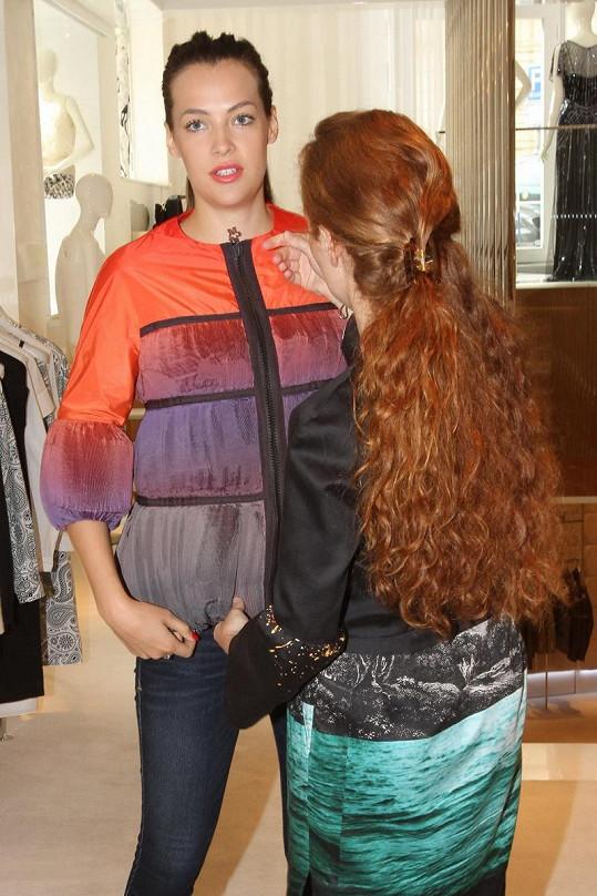 Při výběru nových kousků pomáhá Katce manažerka butiku.