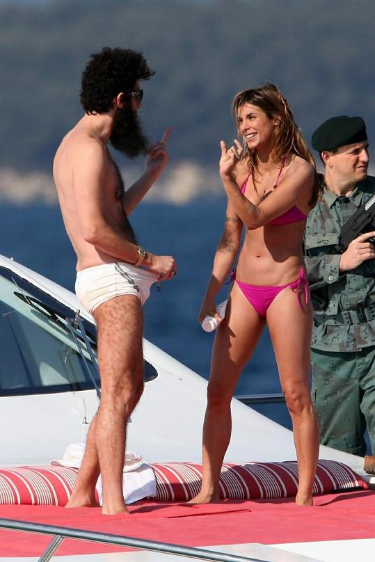 Elisabetta ukazuje, co právě spatřila v Cohenových plavkách.