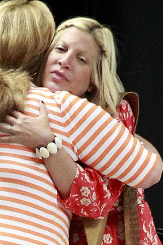 Tori Spelling se loučí se svou známou objetím.