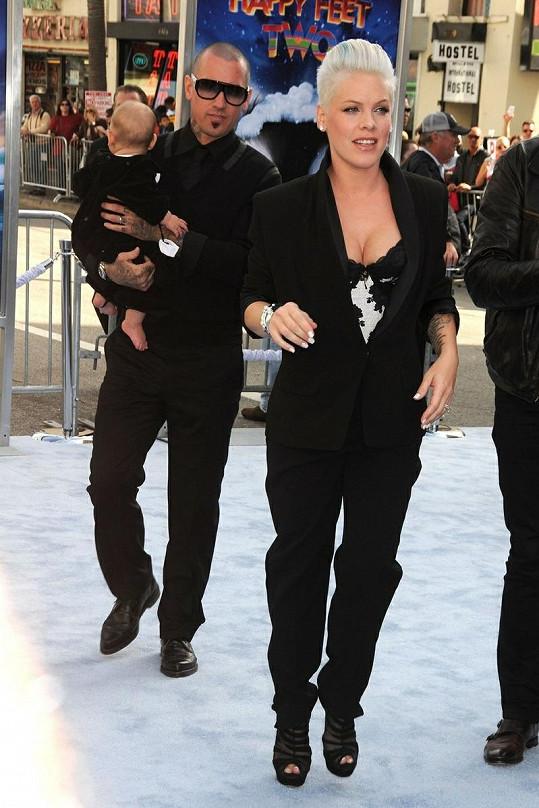 Pink dorazila s manželem Carey Hartem a dcerkou Willow.