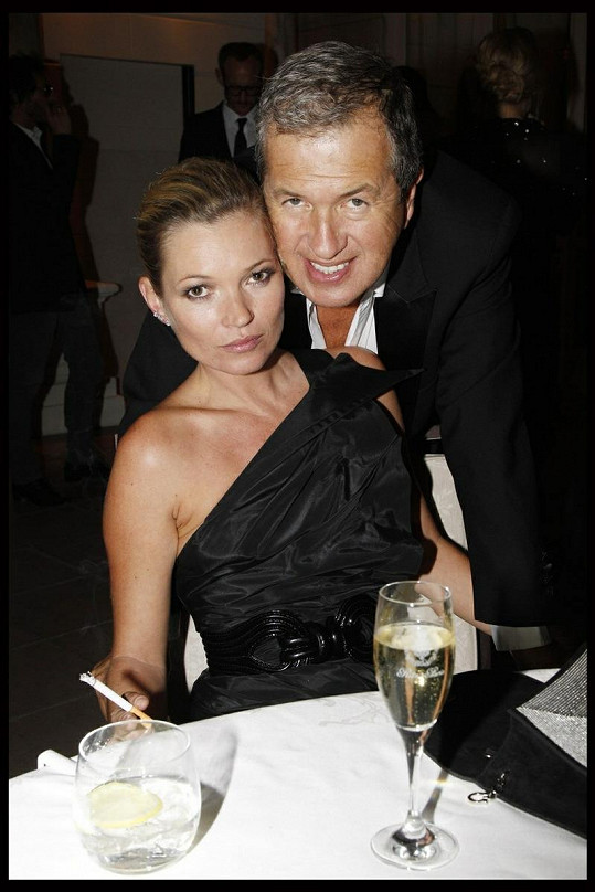 Kate Moss a Mario Testino na slavnostní večeři v hotelu Ritz v Paříži.