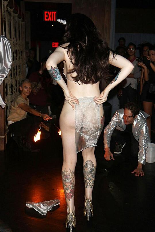 Katrina během své show předvádí i svá nevkusná tetování.