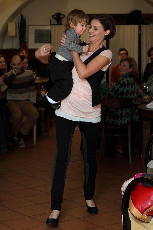 Lenka si mateřství užívá.
