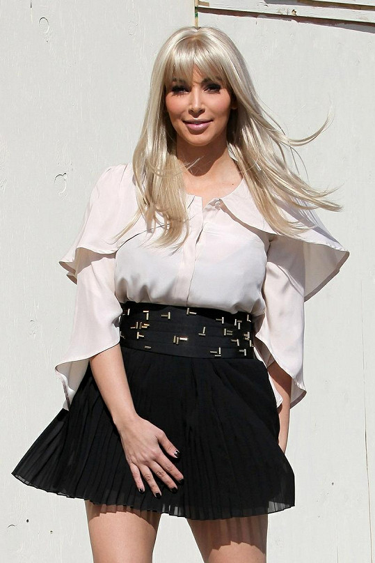 Kim Kardashian je stále krásná, ale tmavá barva vlasů k ní sedí lépe.