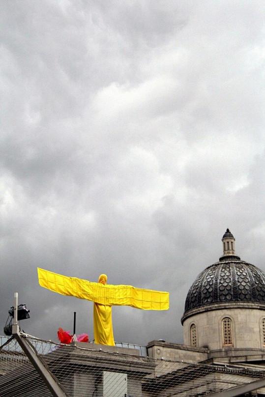 Eric Page vytvořil velké žluté T.