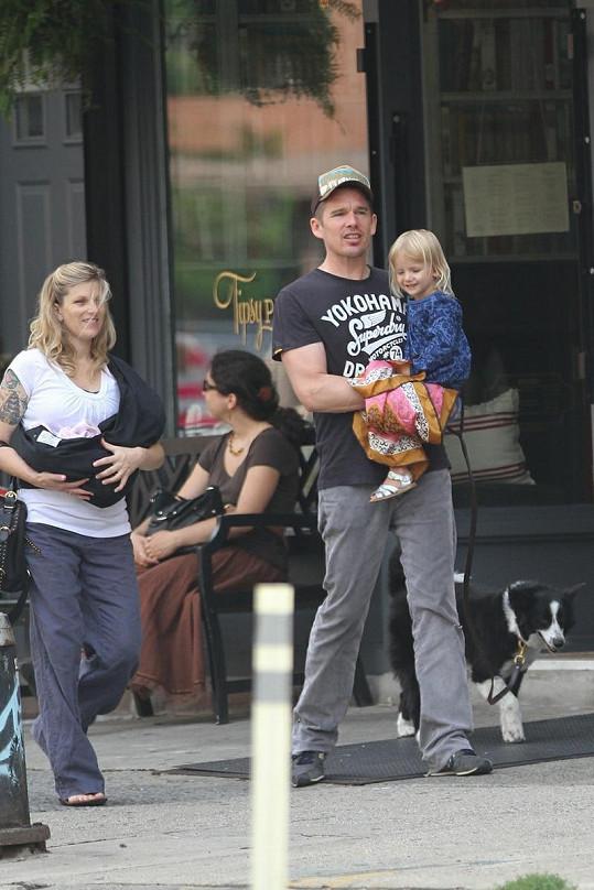 Herec Ethan Hawke s tříletou Clementine Jane a jeho manželka Ryan s dvoutýdenní Indianou.