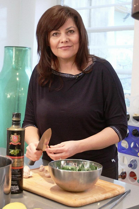 Ilona Csáková v kuchyni.