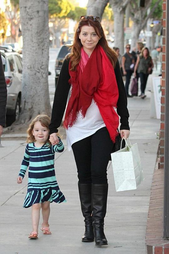 Ještě těhotná Alyson Hannigan s malou Satyanou.
