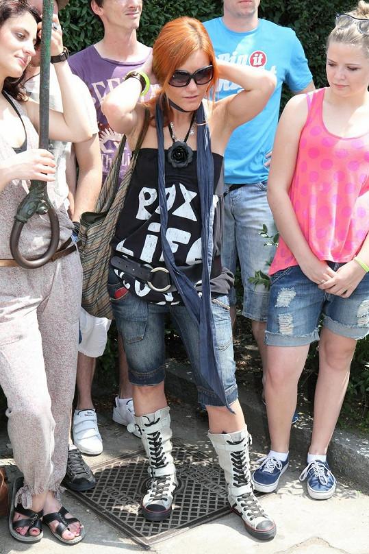 Být rockerkou je jedna věc, proč si ale musela Iva Marešová v pětatřiceti stupních vzít zrovna takovou obuv, nad tím zůstává rozum stát.