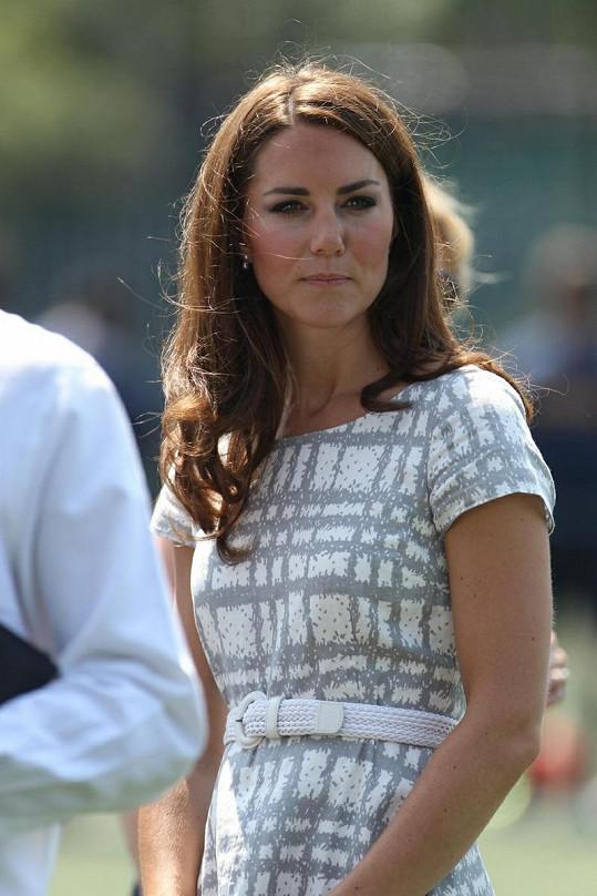 Šaty i svůj štíhlý pas Kate zvýraznila opaskem.