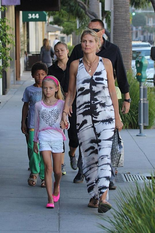 Heidi jde za ruku s dcerou Leni.