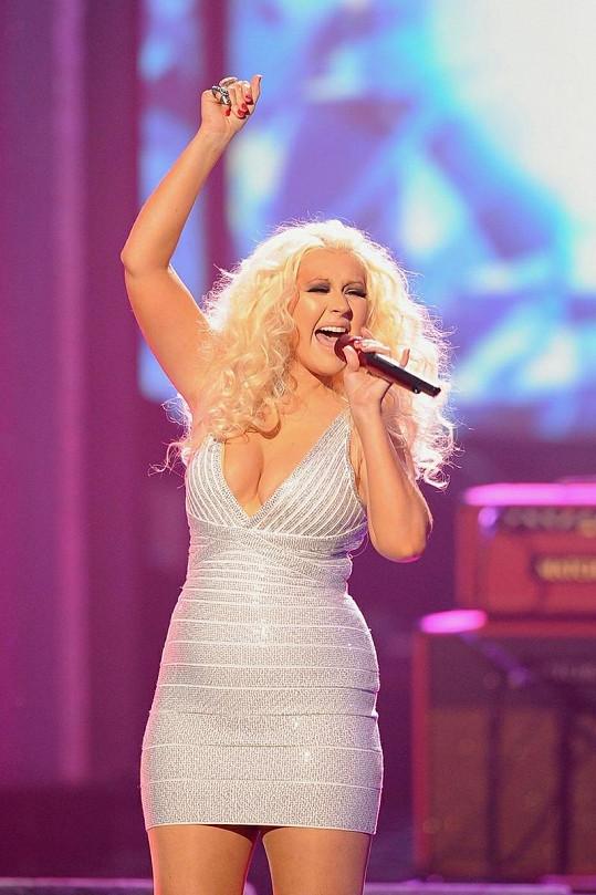 Aguilera si se svou postavou hlavu nedělá.