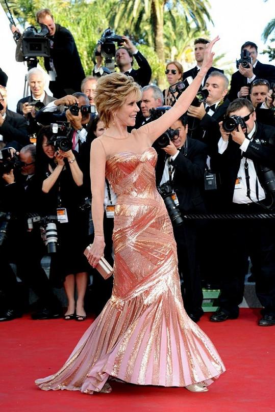 Oblíbená herečka měla skvělou náladu. Na všechny se usmívala a posílala vzdušné polibky.