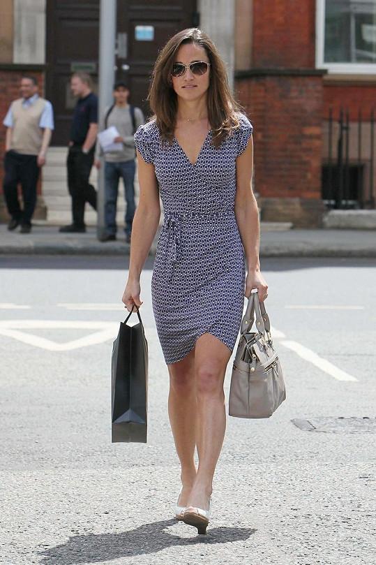 Půvabná Pippa Middleton jde z nákupů. Je škoda, že si také nekoupila nové boty.