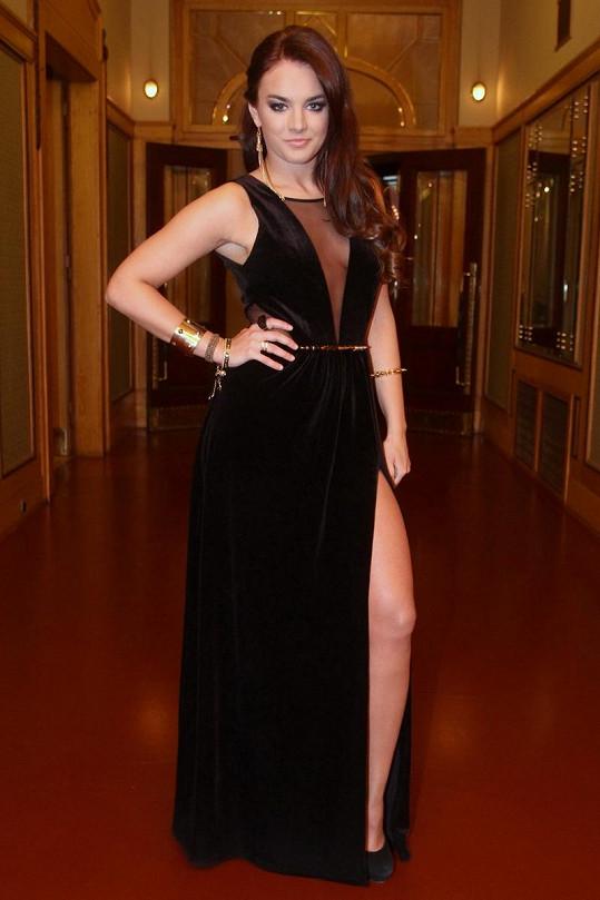 Ewa Farna se chlubila rafinovanými šaty s dekoltem, který nedovoluje vzít si podprsenku.