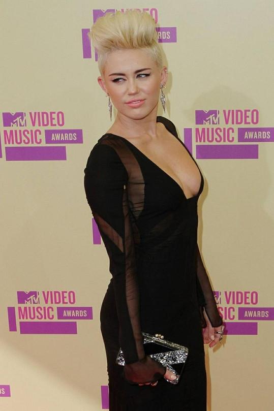 Miley už dávno není dětskou hvězdou Hannah Montanou.