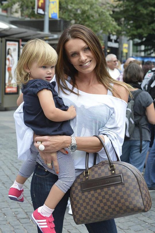 Během pochodu nesla Bendová v náručí svou dceru.