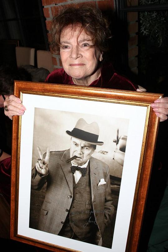 Paní Vlasta se svou fotografií, která vznikla pro kalendář Proměny.