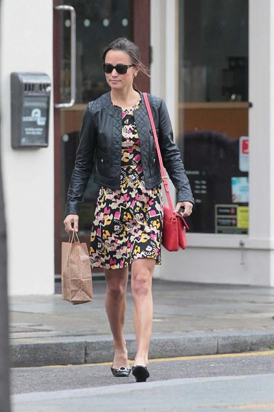 Pippa zvolila krátké letní šaty a koženou bundu.