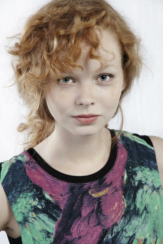 Anna okouzluje i zrzavými vlasy.
