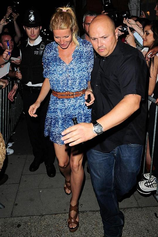 Opilá Gwyneth Paltrow se potácí k autu.