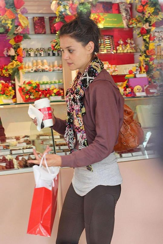 Katie Holmes v obchodě s čokoládou vybírá dárek pro dceru.
