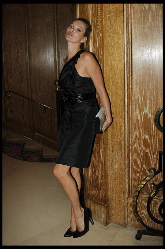 Kate Moss se odvázala a fotografovi svůdně zapózovala.