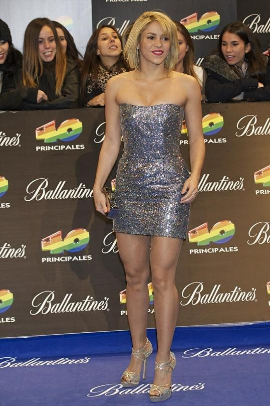 Shakira ve stříbrných šatech na udílení hudebních cen 40 Principales Awards 2011.
