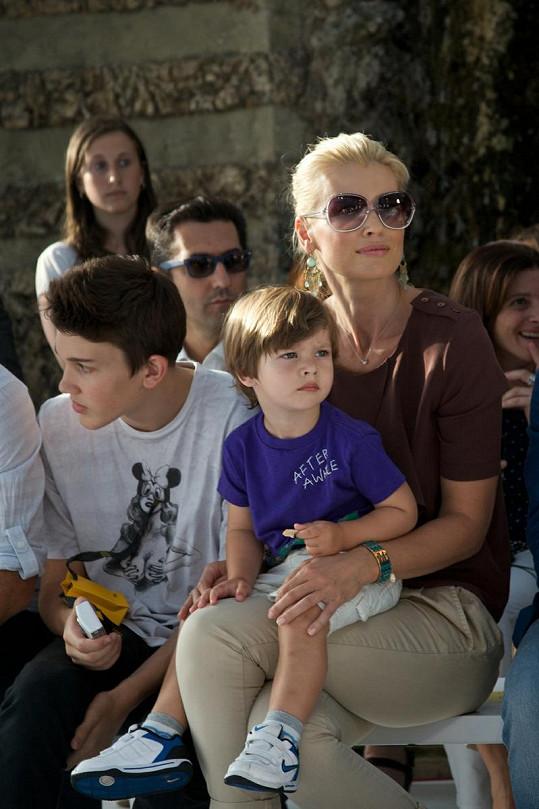 Hrdá matka Daniela Peštová sleduje krůčky své dcery Elly na přehlídce Fendi. Společnost jí dělají synové Yannick a Paul Henry.