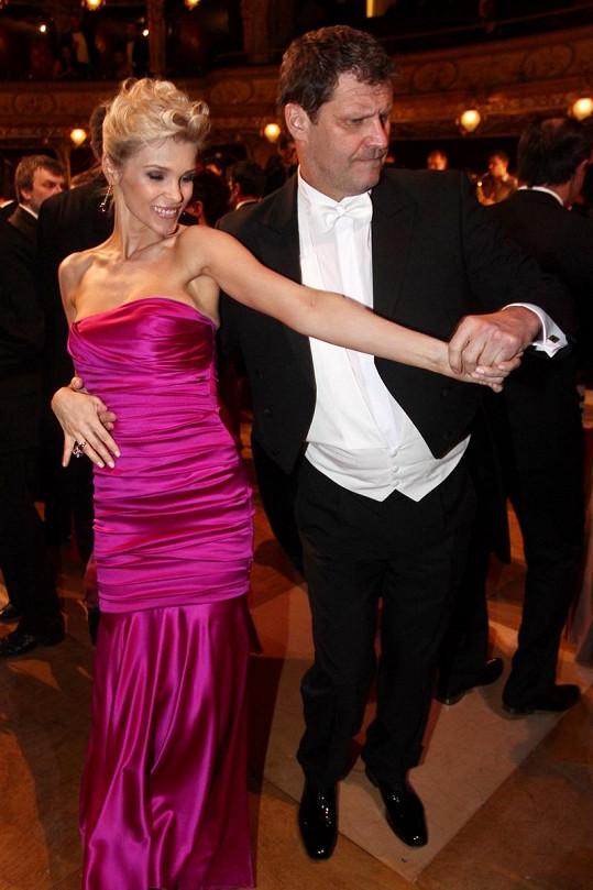 Simona Krainová byla po nemoci a na taneční parket se jí nechtělo. Její doprovod Ladislav Novák proto vyzval k tanci právě Romanu.
