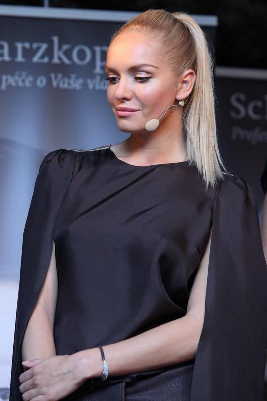 Taťána Kuchařová si může dovolit v pohodě nenosit podprsenku.