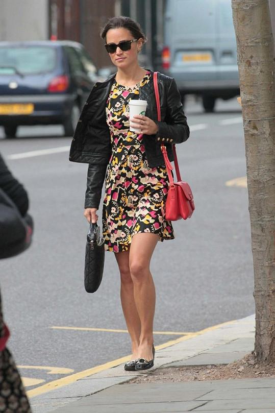 Pippa Middleton snídá kávu za pochodu.