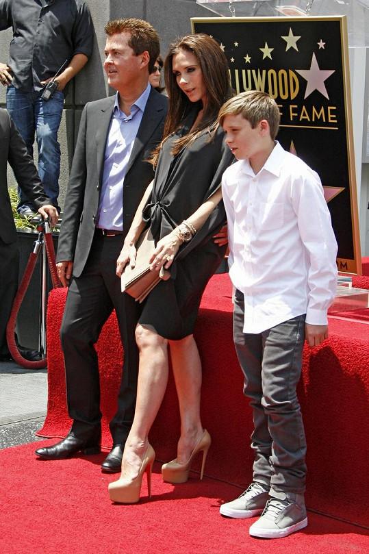 Victoria po boku Simona Fullera a syna Brooklyna si neodpustila ani v osmém měsíci těhotenství extrémně vysoké podpatky.