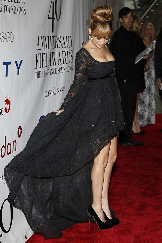 Dvojnásobná maminka zvolila šaty z dílny Emilio Pucci.