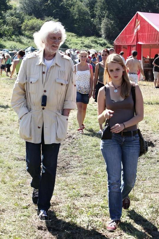 Petr Hapka s mladičkou blondýnkou.