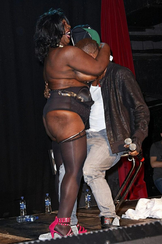 Vnadná dáma si nastříkala šlehačku na poprsí a přitiskla k sobě šokovaného zpěváka.