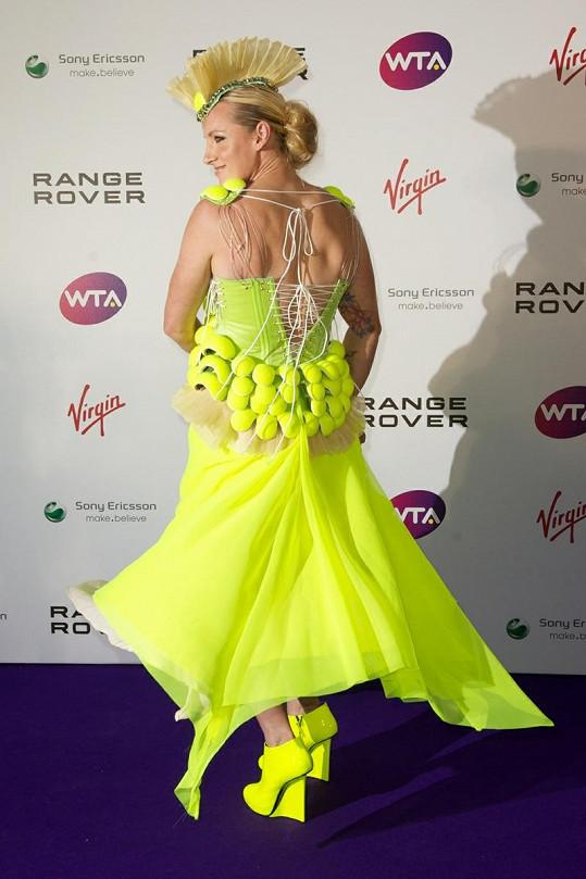 Módní úlet předvedla tenistka Bethanie Mattek-Sands při párty k příležitosti letošního Wimbledonu.