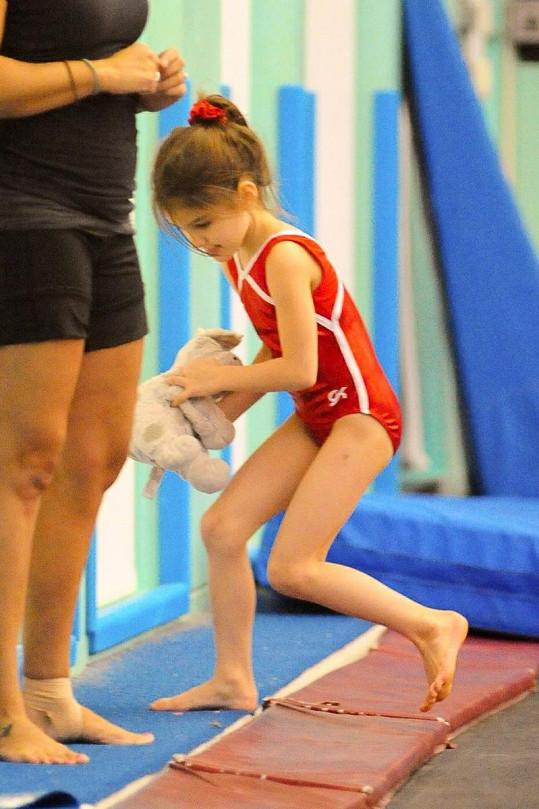 Nezbedná Suri na lekci gymnastiky.