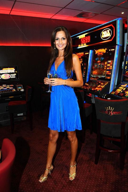 Eliška Bučková ve svých oblíbených modrých šatech.
