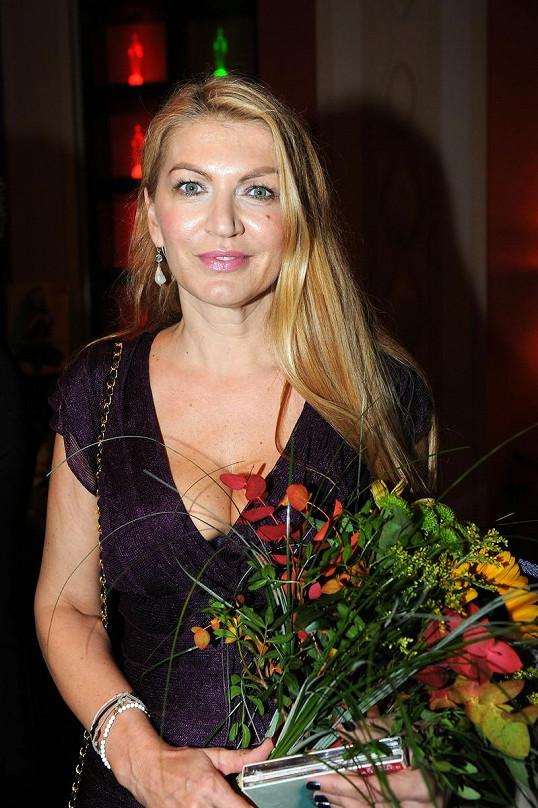 Martina Formanová na večírku s kyticí.