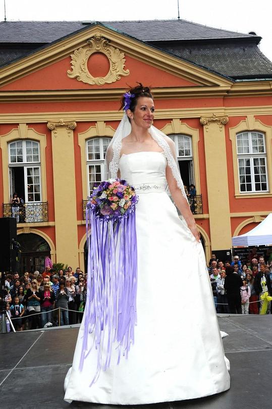 Svatební šaty předváděla i hokejistka Slávie Petra.