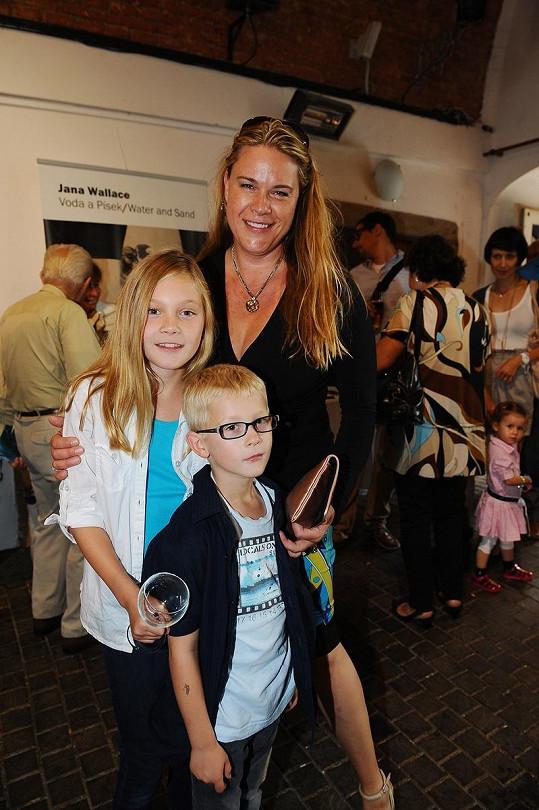 Jana Walace-Svobodová se svými dětmi.