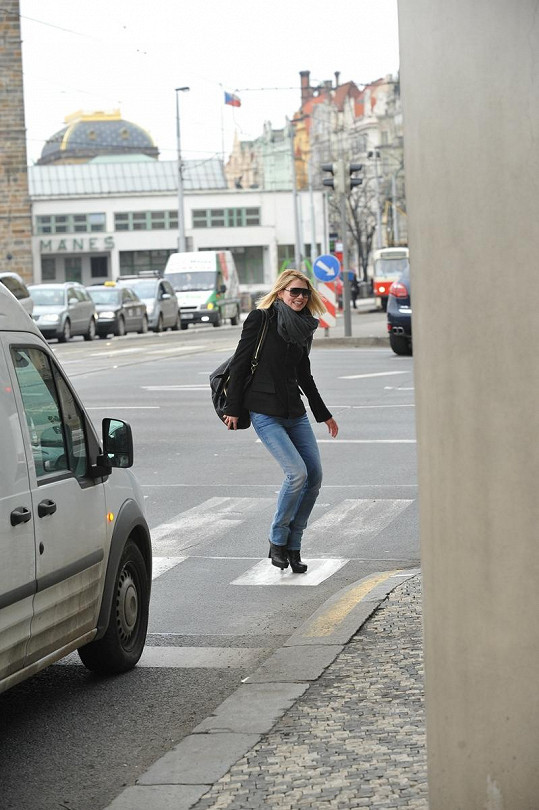 Hana chodí před most ze smíchovské strany k Tančícímu domu pěšky.