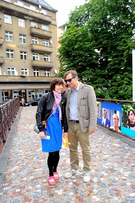 Jiří Macháček s partnerkou na kolonádě.
